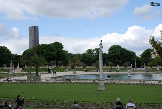 Vista de la Torre Montparnasse desde los Jardines de Luxemburgo. París