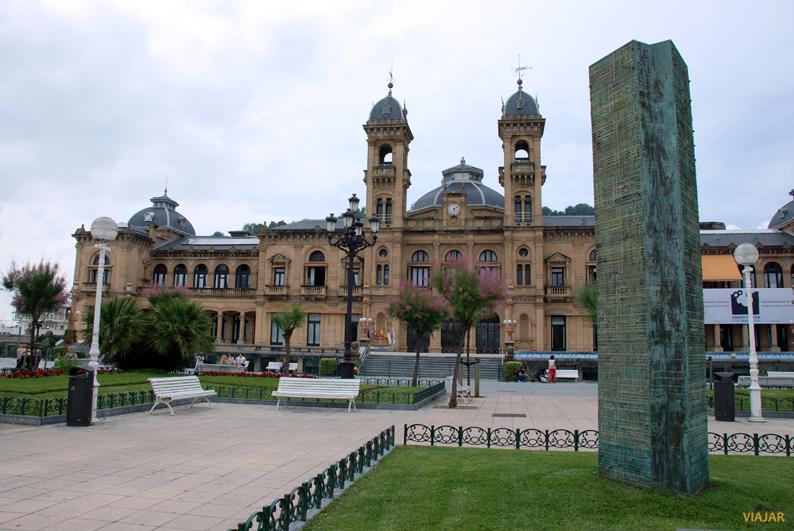 Ayuntamiento y monumento en memoria de las víctimas del terrorismo y la violencia. Jardines de Alderdi Eder. San Sebastián