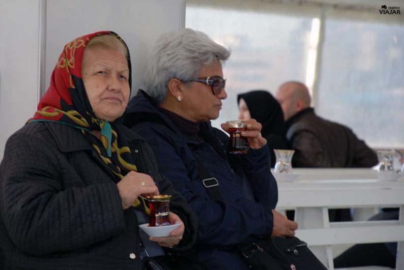 Mujeres tomando un çay en el ferry. Estambul