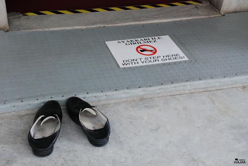 Zapatos en la entrada de una mezquita. Estambul