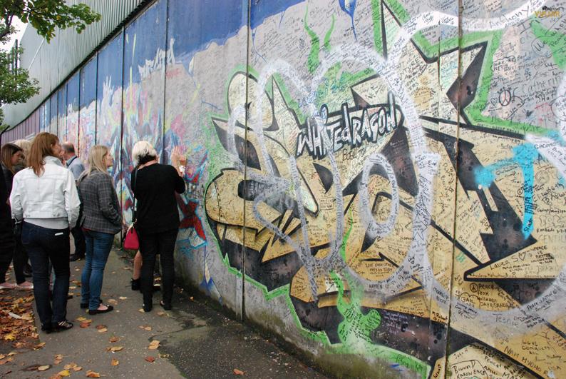 Viajeros de todo el mundo dejan sus mensajes en el Muro de la Paz. Belfast