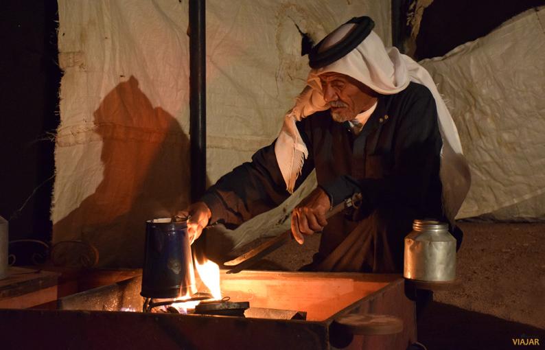 Asistiendo a la ceremonia de la preparación del café con una familia beduina. Jordania