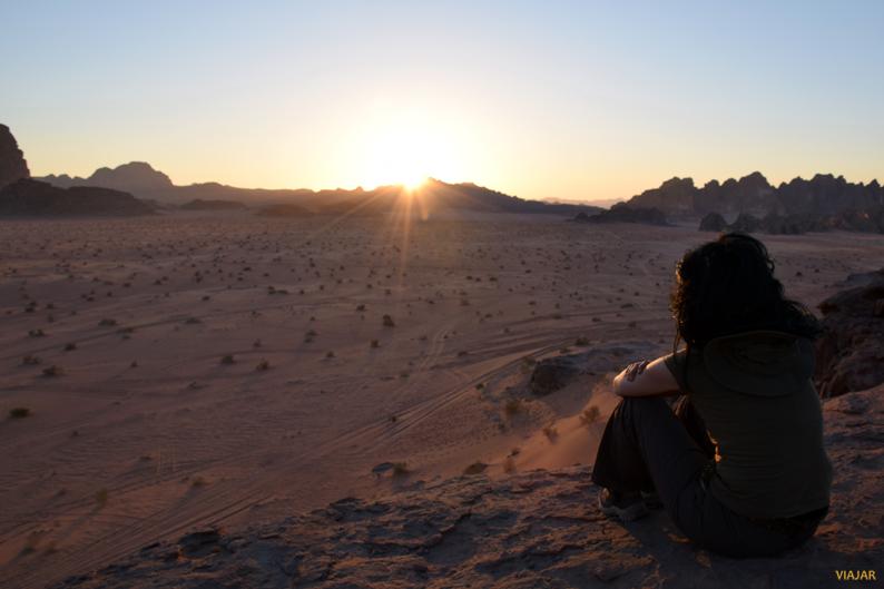 Contemplando la puesta de sol en Wadi Rum. Jordania