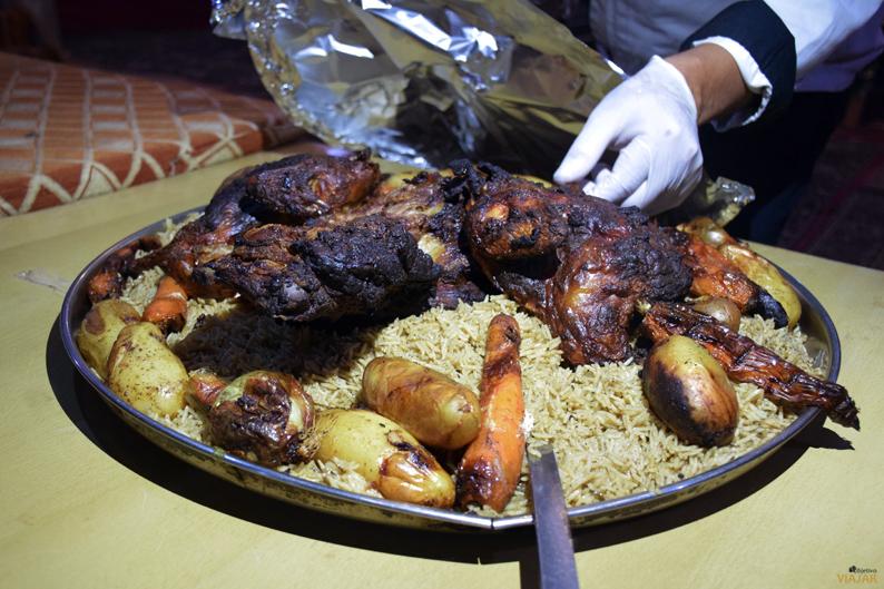 Cordero cocinado bajo la arena del desierto. Jordania