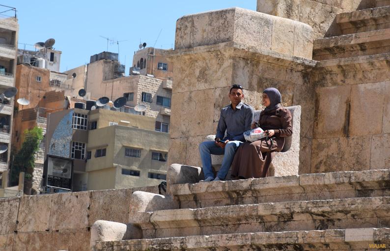 Una pareja en el teatro romano de Amán. Jordania