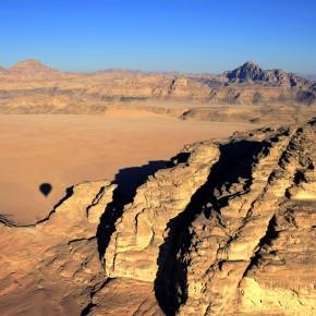 El desierto de Wadi Rum por tierra y aire, una experiencia única en Jordania