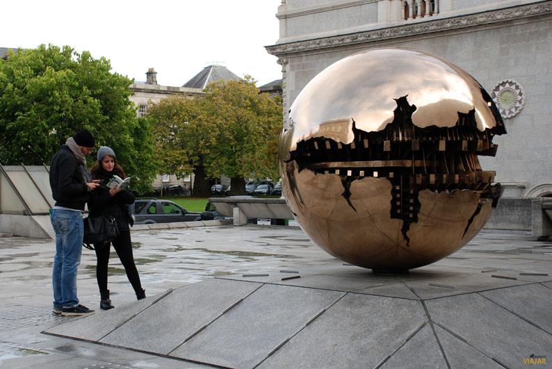 Esfera dentro de una esfera. Trinity College. Dublin