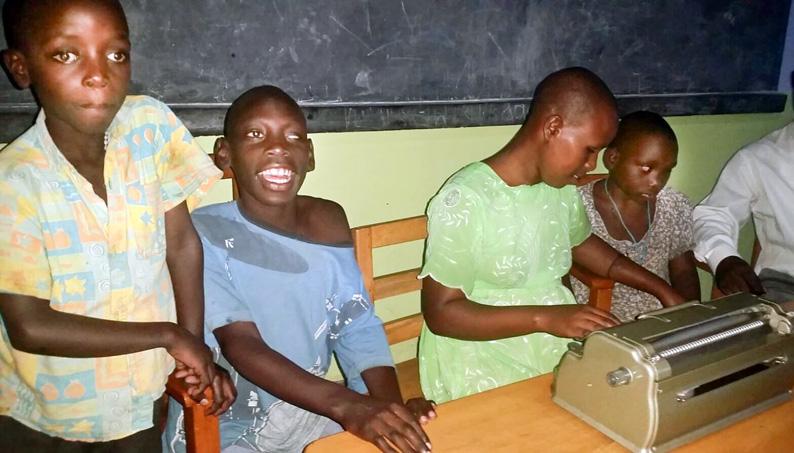 Maquina de braille en Uganda