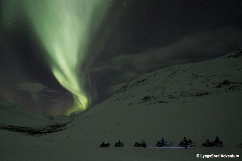 Safari nocturno en motos de nieve. Laponia noruega