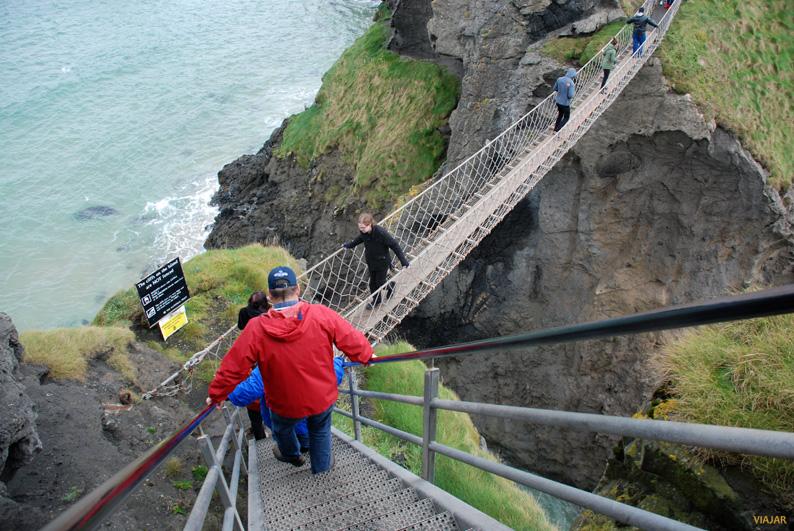 Escalera de acceso al puente colgante de Carrick-a-Rede. Irlanda