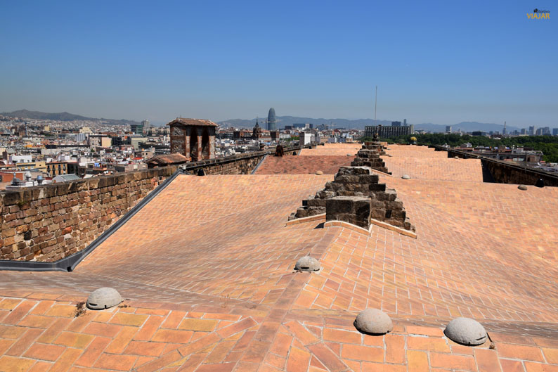 Los tejados de Santa Maria del Mar y Barcelona de fondo
