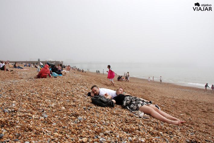 La playa de Brighton con sus caracteristicas pebbles
