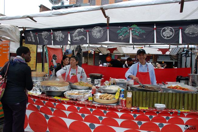Puestos callejeros de comida, Camden Market. Camden Town
