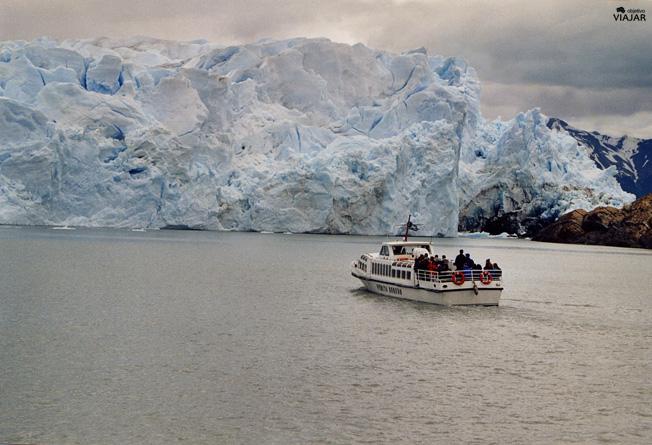 Catamarán en frente del Perito Moreno. Argentina