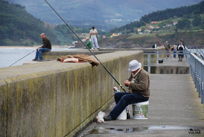 Pescador en Lastres, Asturias