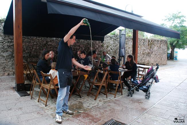 Tomando sidra en Llanes, Asturias