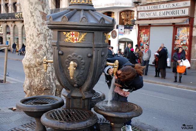 Beber en la Fuente de Canaletes es toda una tradición. Barcelona