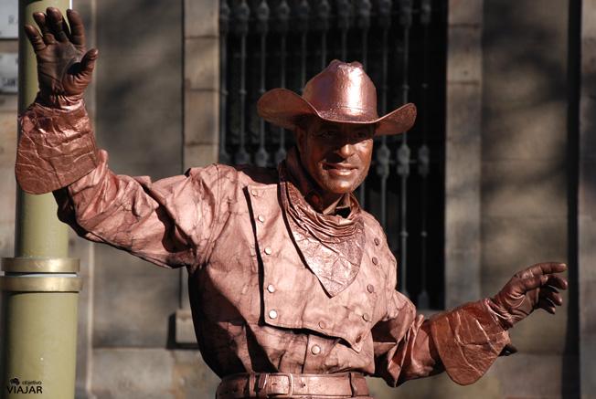 Estatua humana en La Rambla de Santa Mònica. Barcelona