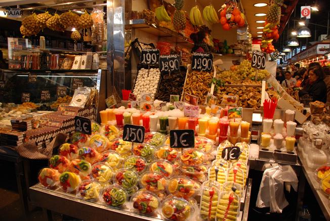 Bandejas de fruta y zumos listos para tomar. La Boquería
