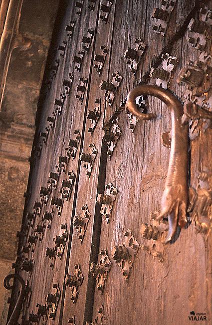 Aldaba típica con forma de salamandra. Albarracín