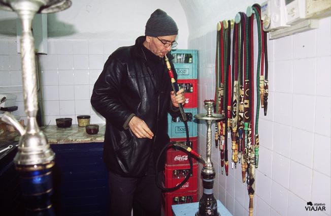 Preparando un shisha en Nabeul. Túnez