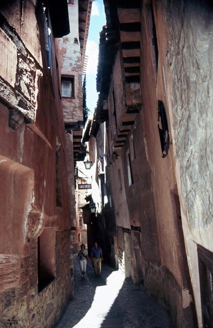 Un ejemplo de las estrechas y serpenteantes calles de Albarracín