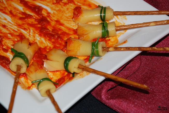 Escobas de queso barriendo sobrasada y ajetes. Catering Chinchón