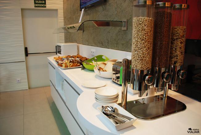 Buffet de desayuno en el Ibis Styles Madrid Prado