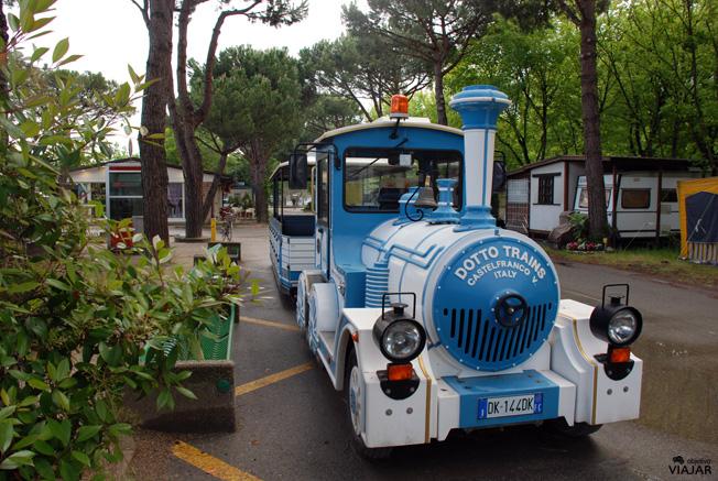 Si no quieres ir andando, puedes usar el tren del Cesenatico Camping-Village