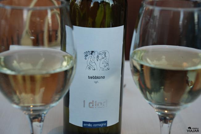 Degustando un vino de la región de Emilia-Romagna. Ristorante-Pizzeria Capo del Molo. Cesenatico