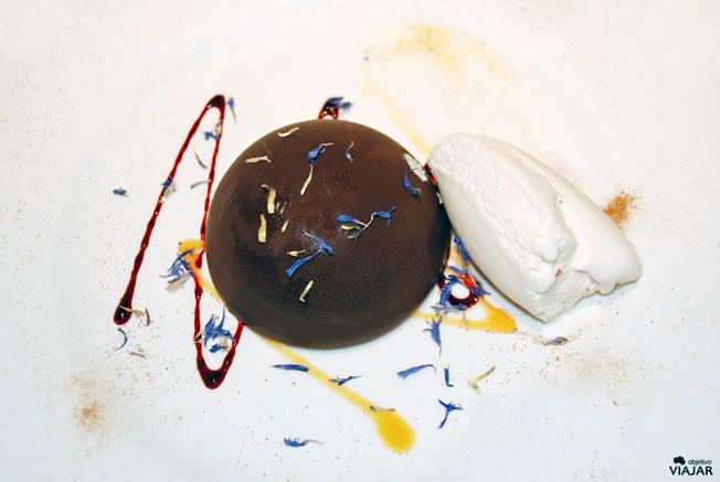 Semiesfera de chocolate con café y helado de violetas. Restaurante Yain. Teruel