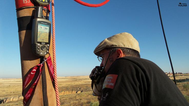 Nuestro piloto se comunica por radio con el equipo de tierra