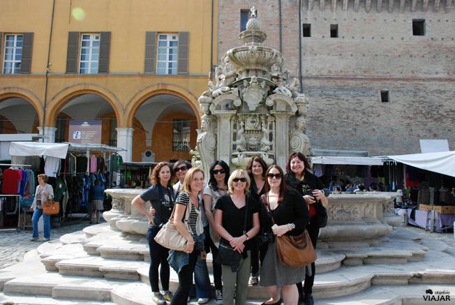 El grupo de blogueras del #buonvivere al completo. Piazza del Popolo. Cesena. Italia