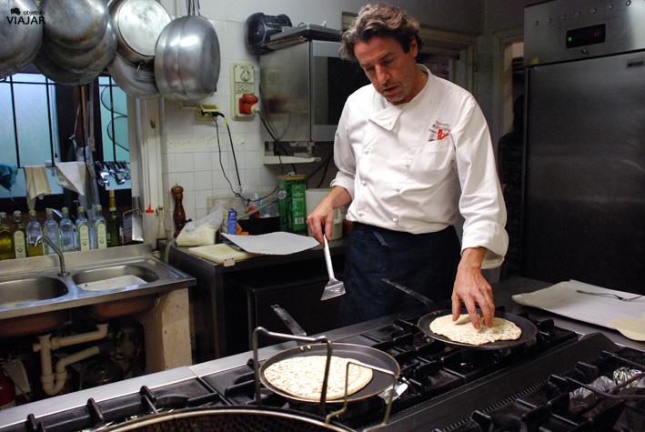 En la cocina de laTrattoria Montepaolo con el chef Franco Gamberini. Dovadola. Italia
