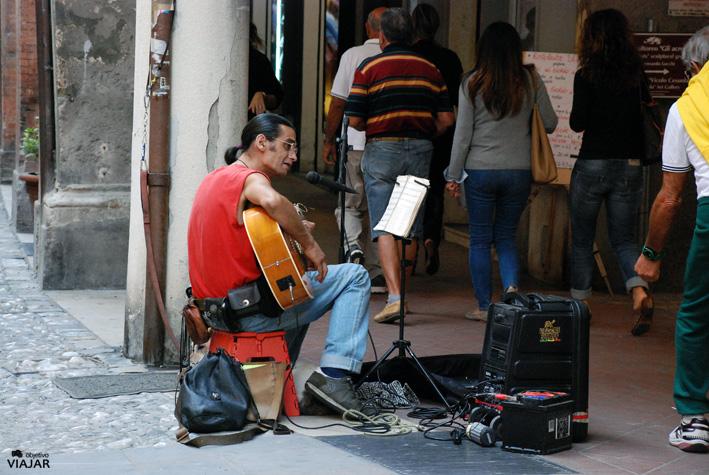 Músico callejero en la Vía Zefferino Re. Cesena. Italia