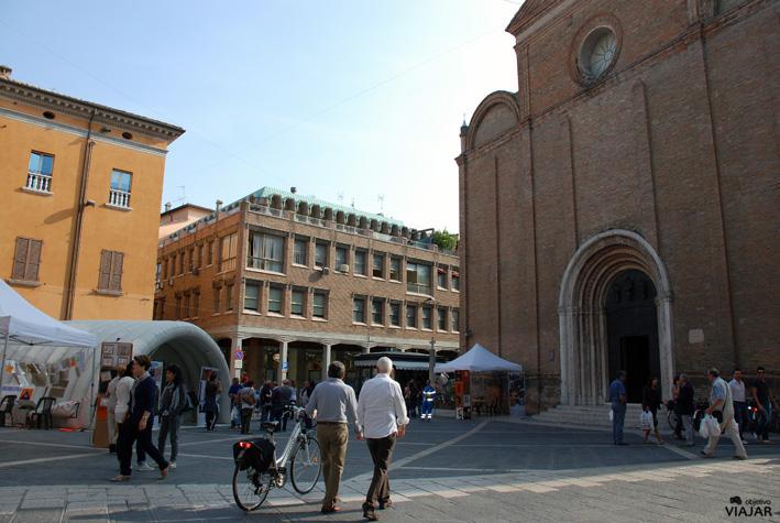 Piazza Giovanni Paolo II y Duomo di San Giovanni Battista. Cesena. Italia