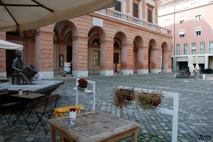 Piazza Mario Guidazzi y Teatro Alessandro Bonci. Cesena. Italia