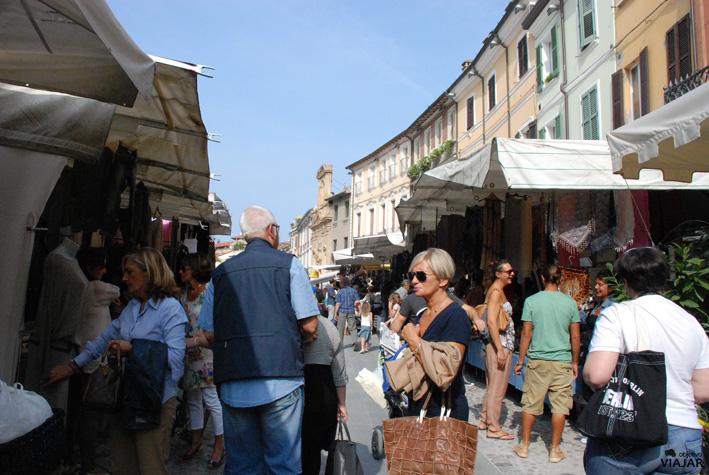 Sábado de mercado en la Piazza del Popolo. Cesena. Italia