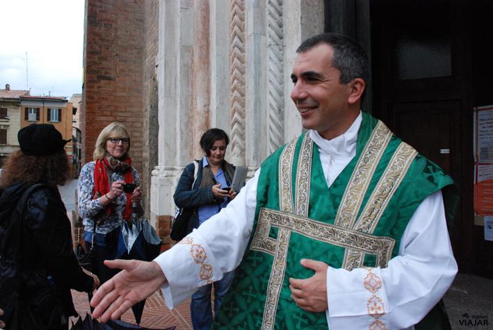 Saludando al párroco de la Basílica de San Mercuriale. Forlì. Italia