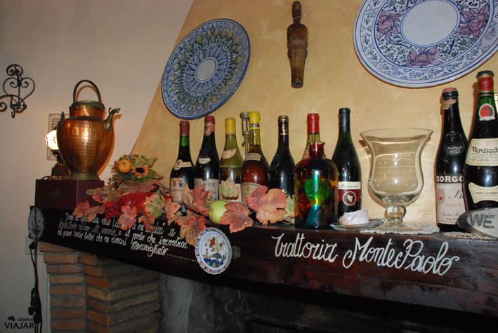 Detalle de uno de los salones de la Trattoria Montepaolo. Dovadola. Italia