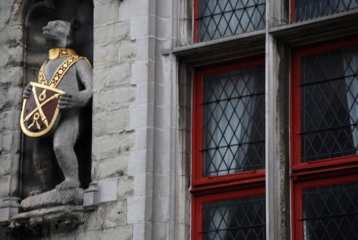 El famoso oso en la fachada de la Casa Poortersloge. Brujas
