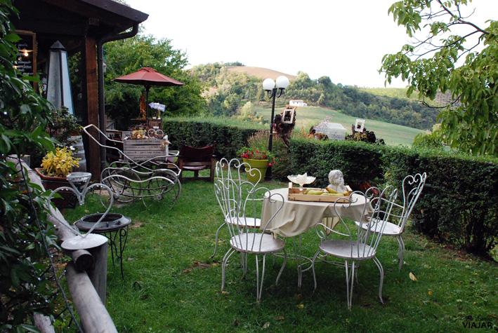 Jardines de la Trattoria Montepaolo. Dovadola. Italia