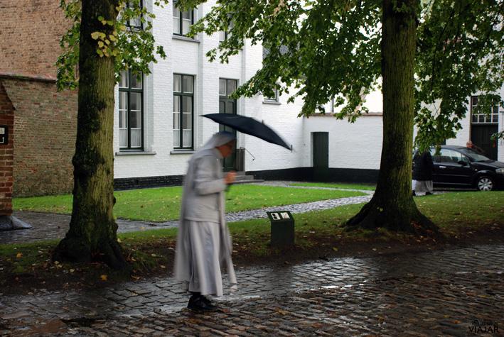 Monja benedictina saliendo de misa. Beaterio de Brujas