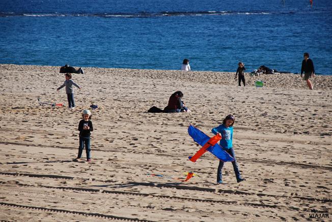Niños jugando en la playa de Llevant. Barcelona