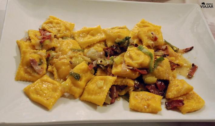 Tortellinis de calabaza con parmesano, tocino y puerro. Trattoria Montepaolo. Dovadola. Italia