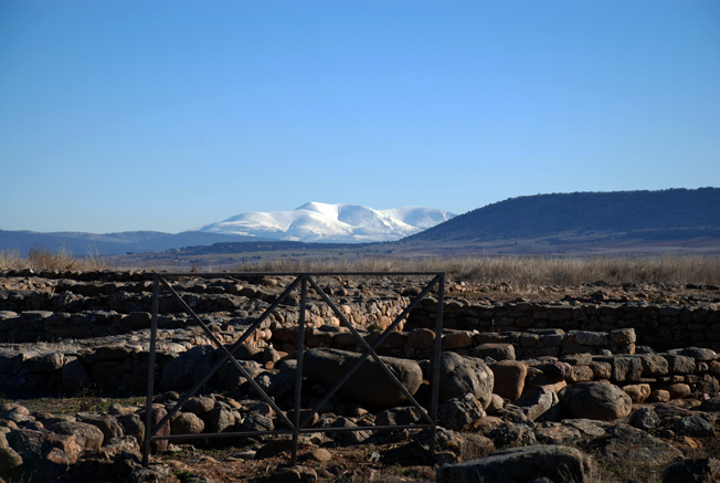 Vista del Moncayo desde el recinto arqueológico de Numancia. Soria