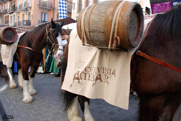 Caballos portando los barriles de la Cervisia Ambar. Bodas de Isabel. Teruel