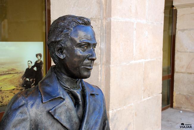 Estatua de Antonio Machado. Plaza del Vergel. Soria