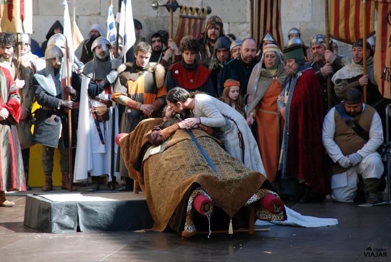 Isabel da a su amado el beso que le negó en vida. Bodas de Isabel. Teruel.