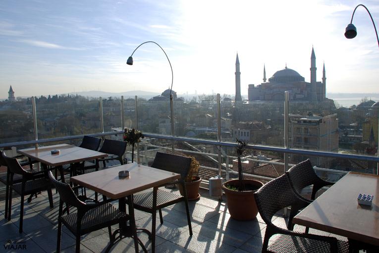 Contemplando la belleza de Santa Sofía desde la terraza del hotel Adamar. Estambul